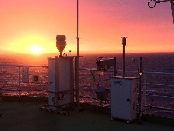 """Filter- und Wolkenwassersammler auf dem """"Monkeydeck"""" der """"Akademik Tryoshnikov"""" bei Sonnenuntergang. Foto: André Welti, TROPOS"""