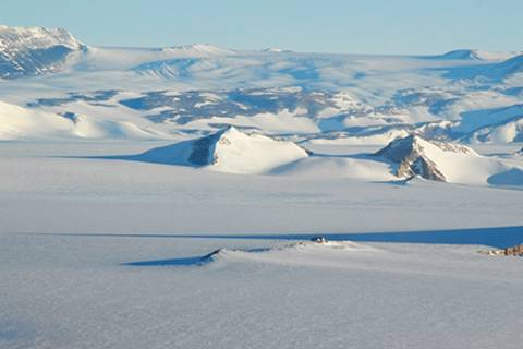 Belgische Antarktisstation Princess Elisabeth. Sie befindet sich auf 1400 Metern über dem Meer bei etwa 71° 57′ Süd und 23° 20′ Ost. Foto: Rene Robert/IPF