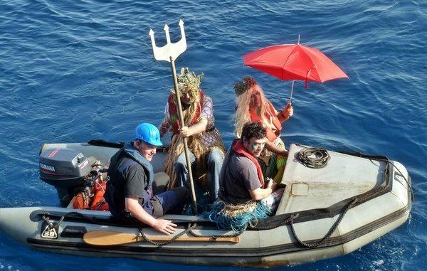Neptun und seine Gattin Thetis besuchen mit einem Schlauchboot unser Schiff. © Christina Streit, Laeisz