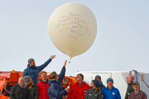 Four times a day a weather balloon is launched from Polarstern to measure temperature, humidity and wind. Important data for worldwide weather forecasts. Photo: Lars Kalesche, AWI
