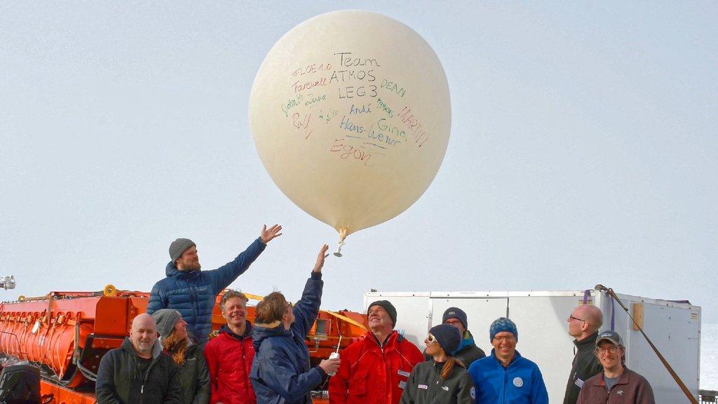 Viermal täglich startet ein Wetterballon von der Polarstern aus, um Temperatur, Feuchte und Wind zu messen. Wichtige Daten für die weltweiten Wettervorhersagen. Foto: Lars Kalesche, AWI