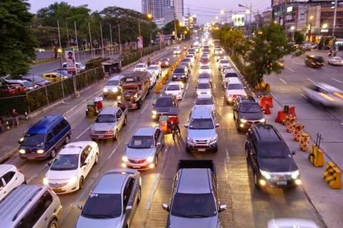 12.05.15: Gegen Abend nimmt der Verkehr auf der Katipunan Avenue deutlich zu.