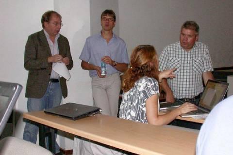 Cape Verde Observatories-Workshop 2012: Prof. Herrmann im Gespräch mit Prof. Körtzinger (GEOMAR) neben  Prof. Carpenter und Dr. Lee (beide Universität York) . Foto: TROPOS
