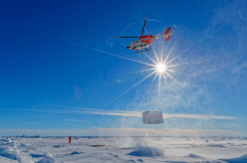 The helicopters are an important support during the expedition: they help to explore the ice or, as here, to transport material to the floe. Photo: Lianna Nixon, University of Colorado