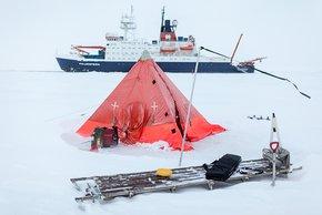 DLF-Autorin Claudia Doyle sprach zum Expeditionsstart mit dem wissenschaftlichen Fahrtleiter Andreas Macke über die Pläne, an einer Eisscholle in der Arktis festzumachen. Archivfoto: Alfred-Wegener-Institut / Mario Hoppmann