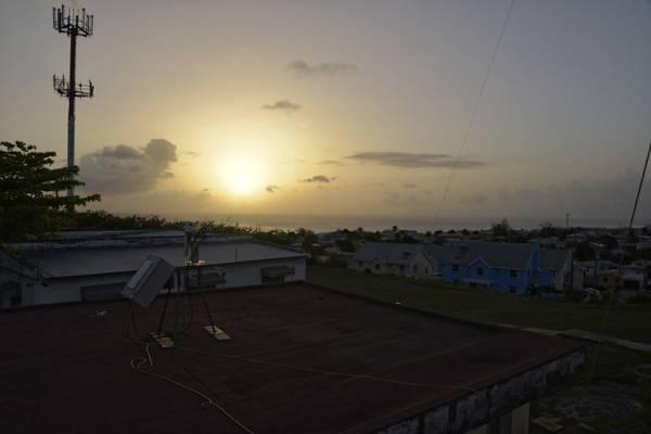 """Die """"weiße Sonne"""" - ein Indikator für vorhandene Staubschichten in der Troposphäre. Im Vordergrund: Sonnenphotometer.  Foto: Michael Jähn/TROPOS"""