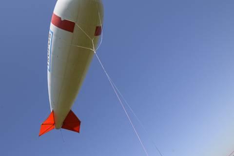 Die Thermik setzt ein und langsam weht ein leichtes Lüftchen, das den Ballon zum Leben erweckt und zappeln lässt.
