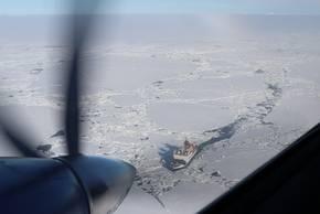 Erster Überflug von Polar 6 über der Polarstern im Eis. Foto: Tatiana Nomokonova, Universität zu Köln