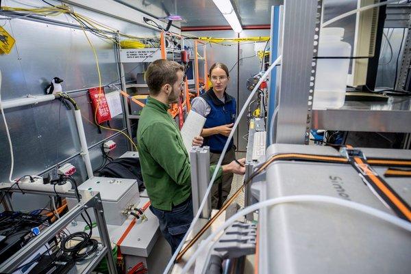 Discovering the secrets of the Antarctic air: Drei Monate lang hat ein Container für Julia Schmale und ihre KollegInnen als Labor gedient. Auf die Ergebnisse sind PSI, ETH und TROPOS gespannt. Foto: Sharif Mirshak, ACE-Expedition