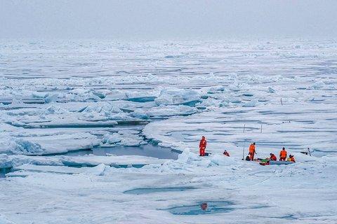Ein Messmarathon soll dabei helfen, einen Tageszyklus im arktischen Sommer aufzuzeichnen – von Messungen im Ozean unter dem Eis bis hinauf in die Atmosphäre darüber. Foto: Lianna Nixon, University of Colorado
