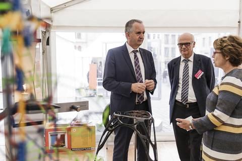 Thomas Schmidt, Staatsminister für Umwelt und Landwirtschaft, am Stand des IPF. Foto: CHRISTIAN HÜLLER FOTOGRAFIE