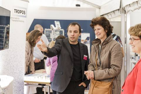 Wissenschaftsministerin Dr. Eva-Maria Stange am Stand des Leibniz-Instituts für Troposphärenforschung (TROPOS). Foto: CHRISTIAN HÜLLER FOTOGRAFIE