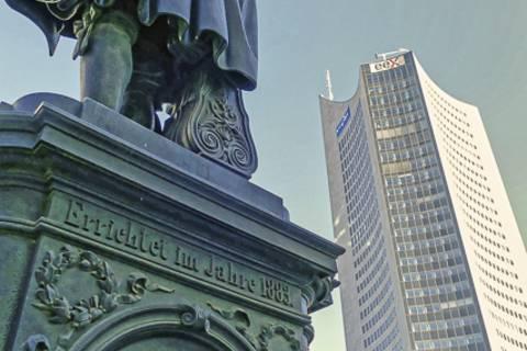 Zu Füßen des großen Universalgelehrten waren dieses Mal auch die Leipziger Leibniz-Institute vertreten. Foto: Tilo Arnhold, TROPOS