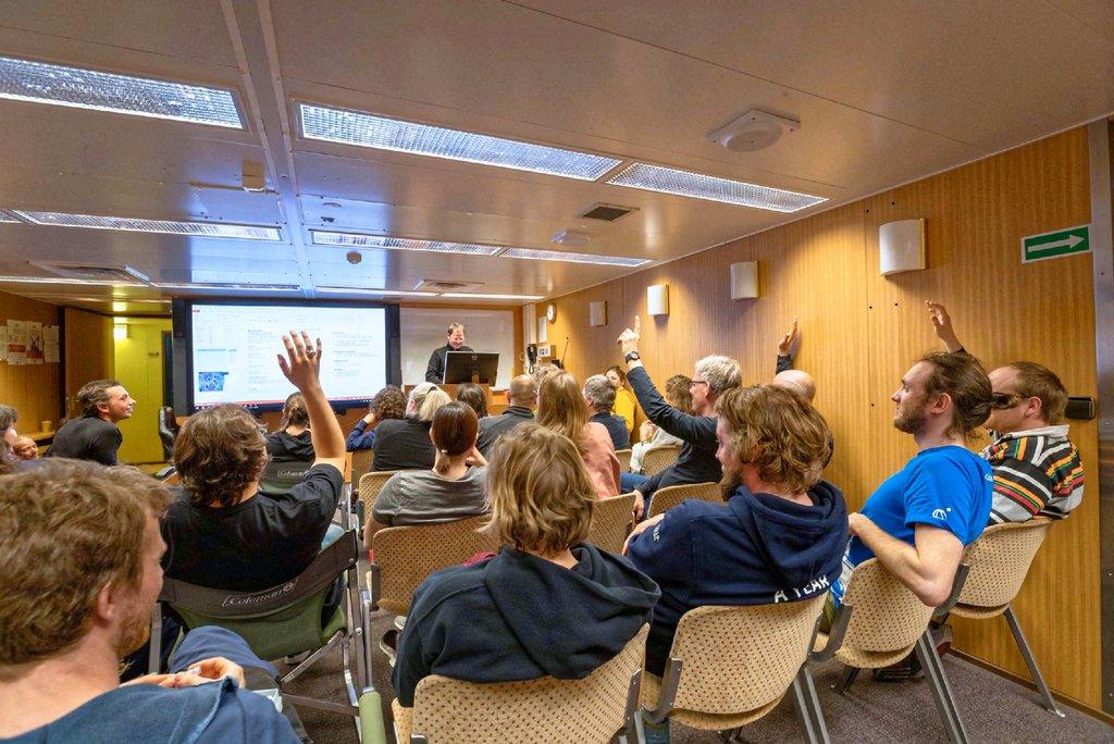 Jeden Abend gibt es eine Einsatzbesprechung für den nächsten Tag und die Gelegenheit, sich für viele Aufgaben freiwillig zu melden. Foto: Lianna Nixon, University of Colorado