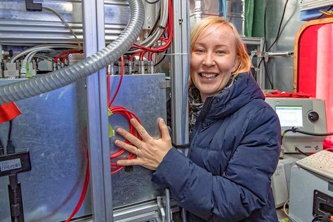 """""""Open House"""" at the atmosphere team, which invited all other teams to their measurement containers for exchange - here Tuija Jokinen (University of Helsinki / INAR). Photo: Lianna Nixon, University of Colorado"""