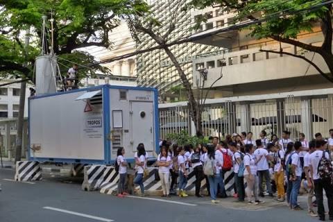 19.05.15: Mehrere Hundert Schüler wurden vom Jugendamt mobilisiert. Start war vor unserem Messcontainer.