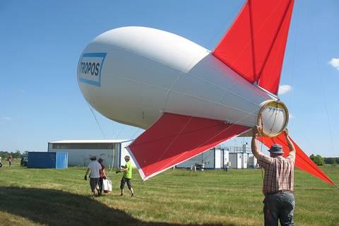 Nun wird der Ballon erst einmal wieder in die Halle gebracht, bis dann am 15.6. die Intensivmessphase beginnt Foto: Janine Lückerath/ Universität Bayreuth