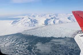 Glacier in Arctic seen from Polar5 while the Polar6 scientists still need to wait for their first research flight. Foto: Tatiana Nomokonova, Universität zu Köln