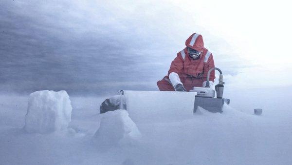 Julia beim Luftproben nehmen auf Young Island. Foto: François Bernard, ACE Expedition