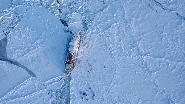 Die MOSAiC-Scholle mit der FS-Polarstern und den Instrumenten auf dem Eis aus der Luft. Foto: AWI