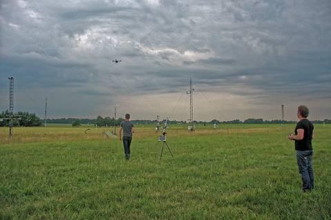 Flug des Quatrokopters direkt über dem Messfeld. Foto: Janine Lückerath/ Universität Bayreuth