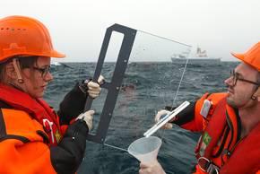 Manuela van Pinxteren und Sebastian Zeppenfeld vom TROPOS beim Beproben des Oberflächenfilms vom Schlauchboot aus. Foto: Stephan Schön, Sächsische Zeitung