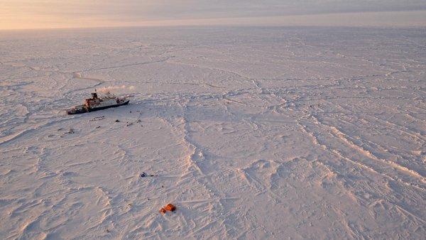 Polarstern in the ice and setups of the MOSAiC research camp. (Photo: Manuel Ernst, UFA/AWI)