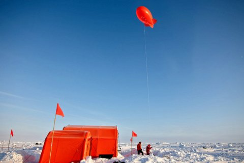 FS Polarstern mit der MOSAiC-Eisscholle. Am 22. April 2020 haben sieben MOSAiC-Teilnehmer mit Twin-Otter-Polarflugzeugen das MOSAiC-Eiscamp verlassen. Die persönlichen Umstände hatten eine weitere Teilnahme am verlängerten dritten Expeditionsabschnitt nicht zugelassen. (Foto: Christian R. Rohleder, DWD)