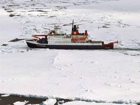 Nördlich von Spitzbergen schiebt sich die Polarstern durch meterdickes Eis, um später mit einer Scholle zwei Wochen zu driften. Foto: Stephan Schön, Sächsische Zeitung