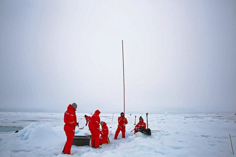 Team ICE and ECO at work on the ice. They are also supported by atmospheric researchers like Julian. For many tasks the teams depend on additional support. Photo: Lisa Grosfeld, AWI