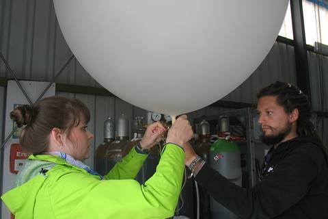 Die Radiosonde wird vorbereitet... Foto: Janine Lückerath/ Universität Bayreuth