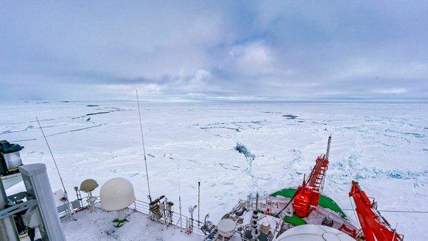 Blick auf über das Peil- und Vordeck der Polarstern auf die Wolken im Arktischen Frühling bei MOSAiC. Foto: Christian Rohleder, DWD