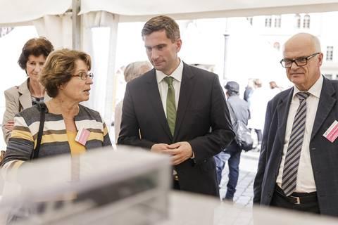 Martin Dulig, Staatsminister für Wirtschaft, Arbeit und Verkehr, am Stand des IPF. Foto: CHRISTIAN HÜLLER FOTOGRAFIE