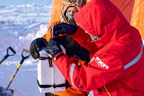 Markus Frey vom British Antarctic Survey sammelt Kondensations- und Eiskeime mit Hilfe eines Fesselballons in bis zu 1000m Höhe, um die Wolkenbildung zu erforschen. Foto: Michael Gutsche, AWI