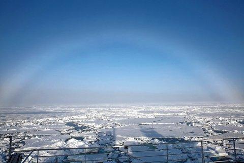 Fotos von blauen Himmel und blendend weißem Schnee täuschen oft etwas darüber hinweg, dass der arktische Sommer meist sehr neblig ist. Hier ein Nebelbogen (statt eines Regenbogens). Foto: Lisa Grosfeld, AWI