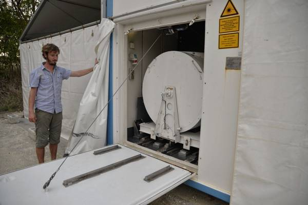 Moritz Haarig bereitet die Lidar-Messung vor.  Foto: Michael Jähn/TROPOS