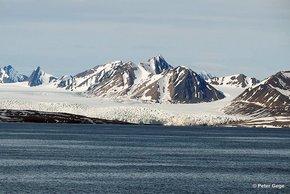 Spitzbergens gletscherbedeckte Küstenlinie. Foto: Peter Gege, DLR