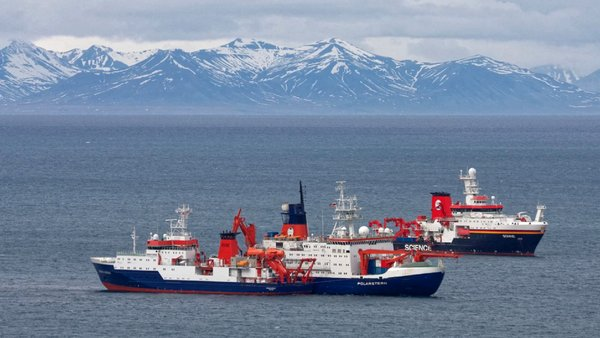 RV Maria S. Merian, Polarstern and Sonne during the change off Spitsbergen. Photo: Leonard Magerl