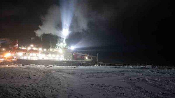 RV Polarstern during the polar night. Photo: Ronny Engelmann, TROPOS
