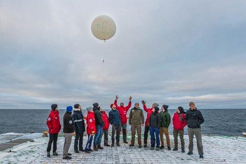 Das Atmos-Team lässt seinen letzten Radiosonden-Ballon der MOSAiC-Expedition steigen. Foto: Lianna Nixon, University of Colorado
