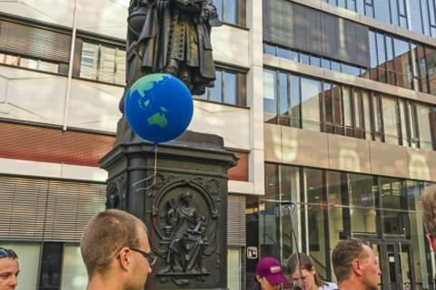 Zu Füßen von Gottfried Wilhelm Leibniz ...