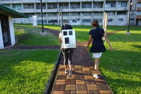 13.05.15: Mobile Partikelmessungen mit dem Rucksack. Der Rundgang beginnt und endet immer am Manila Observatory.