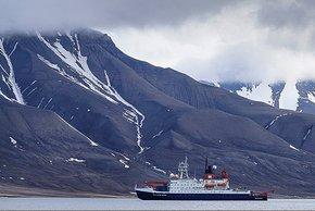 Die Polarstern im Fjord von Longyearbyen. Foto: Kerstin Heymach, arktis-zeichenblog.eu