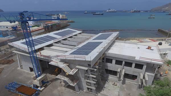 Aktuelle Luftaufnahme des Ocean Science Centre Mindelo, Kap Verde. Auf dem Flachdach rechts ist bereits die Lucke für das Lidar zu sehen. Foto: Filipe Mandl