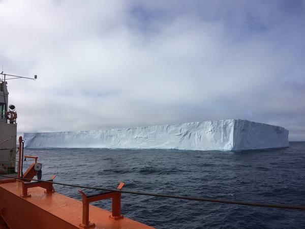 """Ein Eisberg aus der Weddellsee kreuzt die Route der """"Akademik Tryoshnikov"""" auf dem Weg zu den Sandwichinseln. Zu sehen sind nur 1/8 des Eises. 7/8 sind unter der Wasseroberfläche und sorgen für Auftrieb.  Wir sind jetzt im unbewohnten Teil der Antar"""