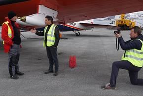 Spiegel-Reporter Marco Evers und Fotograf Frank Dietz interwiewen Professor Manfred Wendisch, den Leiter der Acloud-Kampagne auf Spitzbergen. Foto: Kerstin Heymach, arktis-zeichenblog.eu