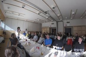 Nach vier Wochen Messkampagne jetzt das erste gemeinsame Essen: Die Teams von ACLOUD und PASCAL treffen sich zum Erfahrungsaustausch in Spitzbergen. Foto: Tobias Doktorowski, Universität Leipzig