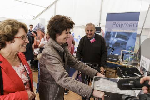 Wissenschaftsministerin Dr. Eva-Maria Stange am Stand des Leibniz-Instituts für Polymerforschung Dresden (IPF) . Foto: CHRISTIAN HÜLLER FOTOGRAFIE