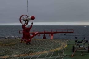 Die Schleppsonde zur Eisdickenmessung (EM-Bird) wird nach einem Messflug auf dem Helikopterdeck von Polarstern eingefangen. Foto: Marcel Nicolaus