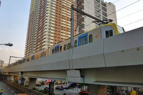 19.05.15: Oben rauscht die Schnellbahn vorbei, einer der wenigen Züge, die in Manila verkehren.